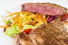 Scheibenkalbfleisch selten mit Salat Lizenzfreie Stockbilder