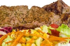 Scheibenzartes lendenstück mit Salat Stockbild