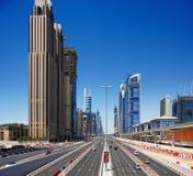 Scheich Zayed Road wird mit Wolkenkratzern ziert Stockbild