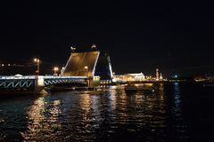 Scheiden Sie die Nachtbr?cke in St Petersburg lizenzfreie stockfotos