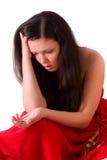 Scheiding. Droevige vrouw die gouden trouwring houdt. stock foto
