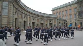 Scheiding van de wacht in Royal Palace in Centraal Stockholm stock videobeelden