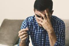 Scheidingsconcept Droevige eenzame de verlovingsringzitting van de mensenholding thuis Depressie na een scheiding Selectieve nadr stock foto's