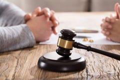 Scheidingsconcept met Hamer Stock Fotografie