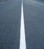 Scheidingslijnen op de weg Stock Foto's