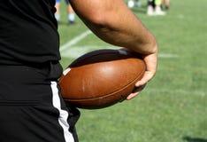 Scheidsrechter die Amerikaanse voetbalbal houden stock afbeelding