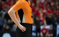 Scheidsrechter With Whistle De basketbalconcurrentie royalty-vrije stock afbeelding