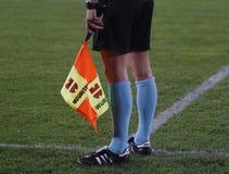 Scheidsrechtersmedewerker tijdens een voetbalspel Stock Foto