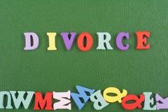SCHEIDUNGS-Wort auf dem grünen Hintergrund verfasst von den hölzernen Buchstaben des bunten ABC-Alphabetblockes, Kopienraum für A Lizenzfreies Stockfoto