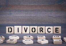 Scheidungswort geschrieben auf hölzernen Block Dunkler hölzerner Hintergrund mit Beschaffenheit Stockbild