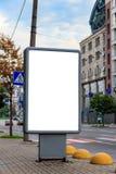 Schein oben vom Leuchtkasten auf einer Straße der Stadtstadt für Ihre Werbung Unbelegte Anschlagtafel mit Exemplarplatz lizenzfreie stockbilder
