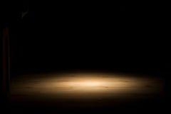 Scheinwerfer auf dem Hartholzfußboden horizontal Stockfotos