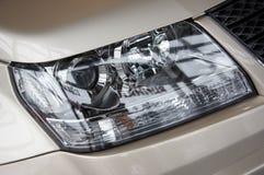 Scheinwerfer auf einem beige Auto Lizenzfreie Stockbilder