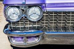 Scheinwerfer auf purpurrotem Transportgestell Stockfotografie