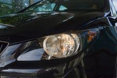 Scheinwerfer auf schwarzem Auto Lizenzfreie Stockfotografie