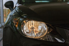 Scheinwerfer auf schwarzem Auto Lizenzfreies Stockbild