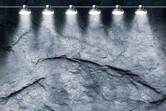 Scheinwerfer auf Steinwand Stockbild