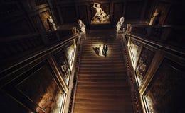 Scheinwerfer belichtet ein Hochzeitspaar, das die Treppe hinunter in ein dar geht lizenzfreies stockfoto