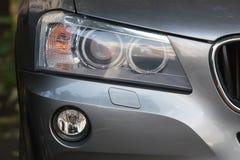 Scheinwerfer der modernen Autonahaufnahme Lizenzfreie Stockbilder