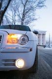 Scheinwerfer der umgedrehten Ansicht des weißen Autos Winter Stockfoto