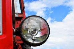 Scheinwerfer des alten roten rostigen Traktors lizenzfreie stockbilder