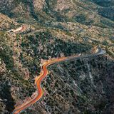 Scheinwerfer des Autos in der kurvenreichen Straße in der Wüste nahe Tuscon, Arizona lizenzfreies stockbild