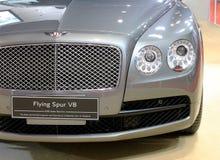 Scheinwerfer des Bentley-Reihe Fliegen-Sporn V8-Luxusautos Lizenzfreie Stockfotografie