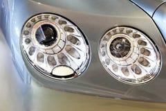 Scheinwerfer des Bentley-Reihe Fliegen-Sporns V8 Lizenzfreie Stockfotografie