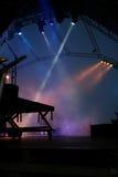 Bühne hinter dem Vorhangscheinwerfer in einem Rockkonzert Stockfotografie
