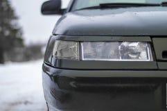 Scheinwerfer eines alten Autos auf der Front des Autos Stockfotografie