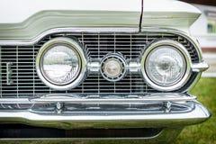 Scheinwerfer eines Größengleichautos Oldsmobile 88 der vierten Generation Lizenzfreies Stockfoto