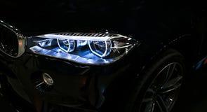 Scheinwerfer eines modernen Sportwagens Vorderansicht des Luxussportwagens Autoäußerdetails Die vorderen Lichter des Autos Lizenzfreies Stockbild