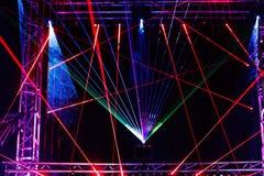Scheinwerfer und Flutlichter belichten die Szene Stockfotografie
