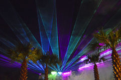 Scheinwerfer und Flutlichter belichten die Szene Stockbilder