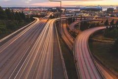 Scheinwerfer- und Rücklichtspuren in Seattle Stockfotos