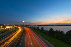 Scheinwerfer- und Rücklichtstreifen von einer langen Belichtung lizenzfreies stockfoto