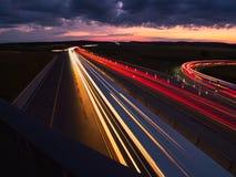 Scheinwerfer von Autos, mit dem Hintergrund des Himmels stockfotografie