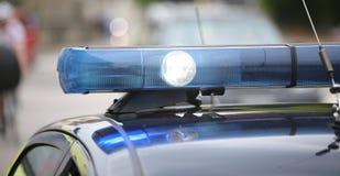 Scheinwerferlicht und blaue Blinklichter des Polizeiwagens Stockbilder