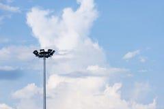 Scheinwerferlichtturm auf blauem Himmel Lizenzfreie Stockfotos