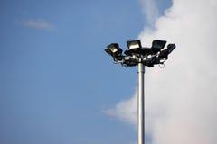 Scheinwerferlichtturm auf blauem Himmel Stockfotografie