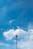Scheinwerferlichtturm auf Himmel Stockfoto