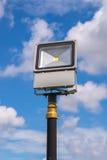 Scheinwerferlichtturm im blauen Himmel Stockfotografie