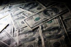 Scheinwerfermakrofoto von $100 Rechnungen. Stockfotografie
