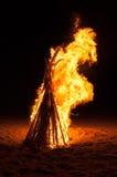 Scheiterhaufen, der auf dem Strand brennt Lizenzfreies Stockfoto