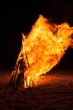 Scheiterhaufen, der auf dem Strand brennt Lizenzfreies Stockbild