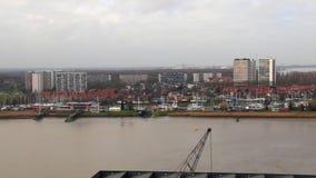 Schelde-Fluss mit Skylinen in Antwerpen stock video footage