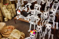 Scheletri del maché di Papier per il giorno del festival morto nel Messico Fotografia Stock