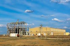Scheletro del fabbricato industriale in costruzione contro la t Fotografia Stock Libera da Diritti