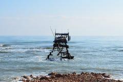 Scheletro dell'impianto offshore abbandonato immagini stock
