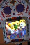 Scheletro dipinto a mano variopinto messicano del cranio, giorno di dias de los muertos della morte morta immagine stock